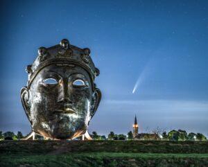 Het Gezicht van Nijmegen en komeet Neowise (maker masker: Andreas Hetfeld, fotograaf Karsten Russ)